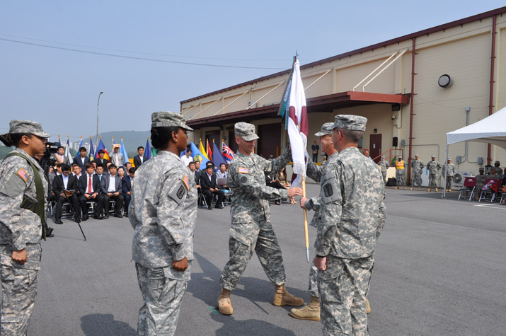 Lt. Col. Shon-Neil W. Severns, outgoing commander of USAMMC-K, accepts the flag from Maj. Gen. James K. Gilman, USAMRMC commander